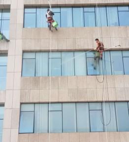 洛阳东方医院外墙与玻璃清洗