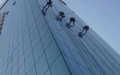 郑州保洁公司为您类比外墙玻璃清洗和安检之间的关系